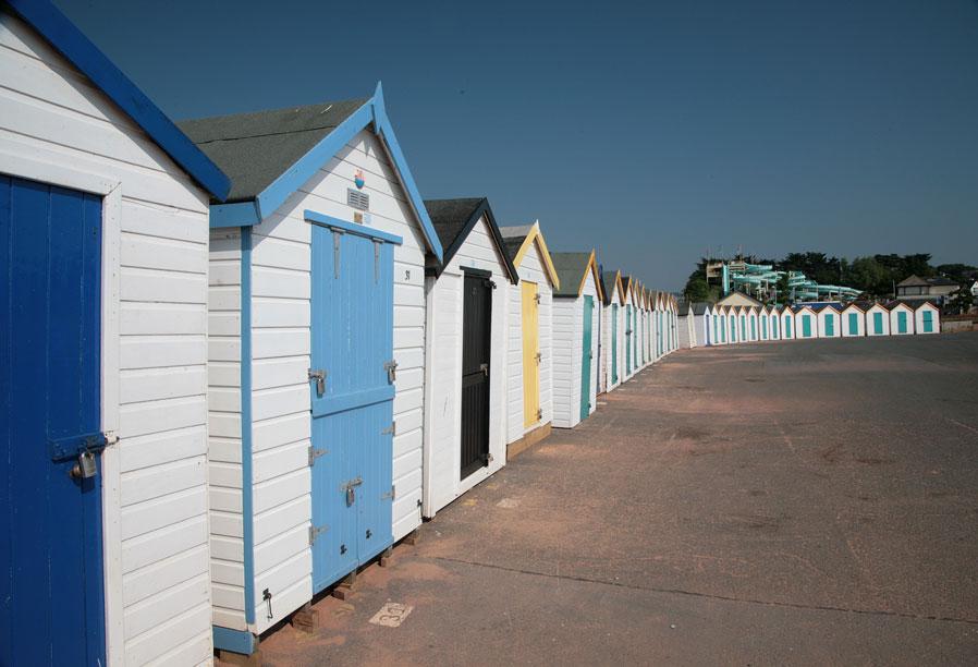 Goodrington sands beach huts devon guide for Model beach huts